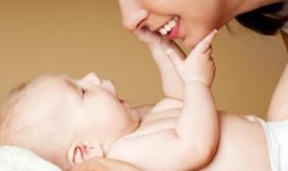 Le développement du toucher chez bébé, ça se passe comment ?