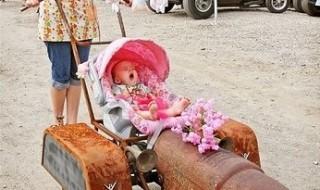 Bébé est dans le pré sur son tracteur !