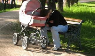 Quand on voit ce papa, on se dit que c'est dur dur la vie d'un parent !