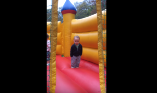 Ce petit garçon de 2 ans est définitivement le plus cool du monde !