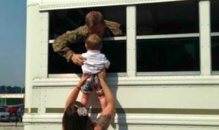 L'au revoir déchirant entre un papa soldat et son fils immortalisé en photo