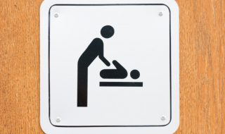 Grâce au «Baby Act», les papas pourront changer bébé dans les toilettes pour hommes aux Etats-Unis !