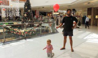 Qui a dit que faire les achats de Noël avec un bébé était super compliqué ?