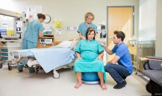 Et si on accouchait assise pour éviter l'épisiotomie?