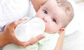 Faut-il changer de lait infantile quand bébé régurgite trop?