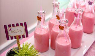 Ça vous dit de délicieuses boissons lactées à la fraise pour une baby shower complètement girly ?