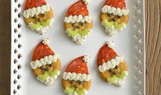 Pères Noël transformés en crackers au fromage et au chorizo