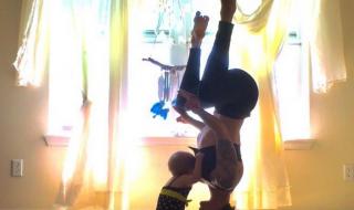 Allaitement : cette maman adepte du yoga adopte des positions plutôt inhabituelles pour nourrir sa fille !